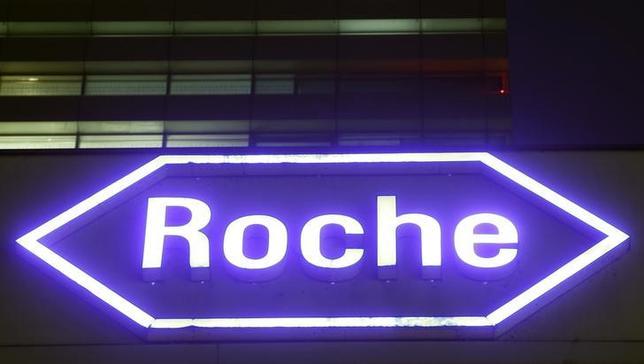 2月1日、スイスの製薬大手ロシュが発表した2016年通期決算は、為替変動の影響を除くベースでのコア利益が7%増の127億スイスフラン(約128億2000万ドル)となった。写真はロシュ社ロゴ。スイス、バーゼルの本社で昨年1月撮影(2017年 ロイター/Arnd Wiegmann)