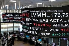 Les Bourses européennes ont ouvert sur un rebond mercredi. À Paris, l'indice CAC 40 gagne 0,8% vers 08h35 GMT. À Francfort, le Dax prend 0,8% et à Londres, le FTSE 0,7%.  /Photo prise le 14 décembre 2016/REUTERS/Benoit Tessier