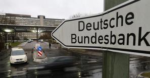 En la foto de archivo puede verse un cartel del Bundesbank en las instalaciones del banco central alemán en Fráncfort. Si las tasas de interés no suben en los próximos años, los bancos alemanes, que ya están entre los menos rentables de Europa, sufrirán una importante contracción de los márgenes, dijo el miércoles el Bundesbank. REUTERS/Kai Pfaffenbach