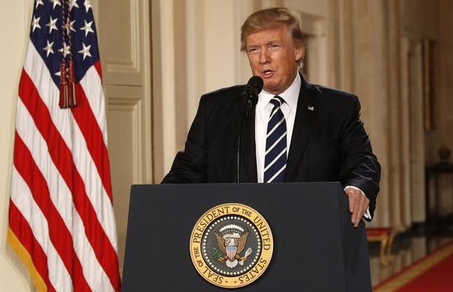 1月31日、米国は過去7年間、欧州に単一通貨ユーロの崩壊を防ぐよう行動を促してきた。トランプ新大統領(写真)の就任から2週間にも満たない今、その姿勢が180度転換したようだ。ワシントンで撮影(2017年 ロイター/Kevin Lamarque)