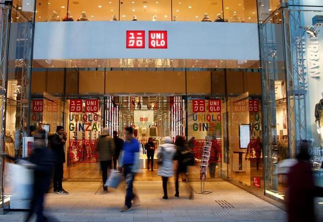 2月2日、ファーストリテイリング は、1月の国内ユニクロ既存店売上高が前年比2.5%減少したと発表した。マイナスは2カ月連続。写真は都内で昨年1月撮影(2017年 ロイター/Kim Kyung Hoon)