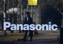 Panasonic a relevé jeudi sa prévision de résultat d'exploitation annuel pour tenir compte de l'impact positif du recul du yen sur ses profits réalisés à l'étranger. Le groupe d'électronique prévoit désormais un bénéfice de 265 milliards de yens (2,17 milliards d'euros) pour l'exercice à fin mars 2017, contre 245 milliards de yens précédemment. /Photo prise le 2 février 2017/REUTERS/Kim Kyung-Hoon