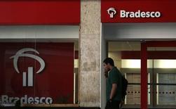 Un hombre pasa frente a una sucursal del Banco Bradesco en Río de Janeiro. Foto de archivo. REUTERS/Pilar Olivares  El banco brasileño incumplió el jueves con las expectativas de ganancias para el cuarto trimestre, debido a que una fuerte desvalorización de sus activos financieros redujo sus ingresos por intereses.