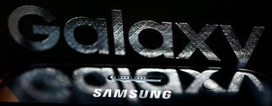 Samsung Electronics négocie actuellement avec le japonais Murata Manufacturing en vue d'un accord de fourniture de batteries pour son smartphone Galaxy S8, rapporte jeudi le quotidien Nikkei. /Photo d'archives/REUTERS/Leonhard Foeger
