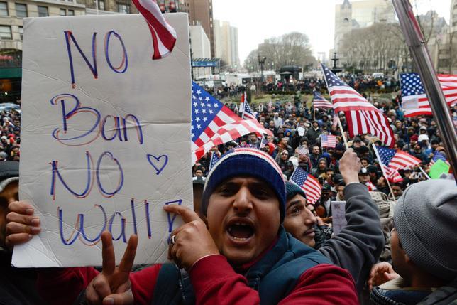 2月2日、トランプ米大統領は前週に署名したイスラム教徒の多い中東・アフリカ7カ国の出身者の入国を制限する大統領令について、米国の宗教の自由と寛容性に必要なものとの見解を示した。写真は同日、ニューヨーク市で行われた大統領令に対する抗議デモ(2017年 ロイター/Stephanie Keith)