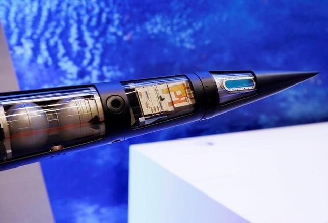 2月3日、韓国の韓民求国防相とマティス米国防長官は、北朝鮮の脅威に対応するため、米国の最新鋭地上配備型迎撃システム「高高度防衛ミサイル(THAAD)」を年内に韓国に配備することで合意した。写真は東京のエアロスペース2016に出展されたTHAADミサイルのモデル。昨年10月撮影(2017年 ロイター/Kim Kyung-Hoon)