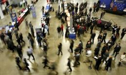 """Job seekers break out to visit corporate employment personnel at a U.S. Chamber of Commerce Foundation """"Hiring Our Heroes"""" military job fair in Washington January 8, 2016. REUTERS/Gary Cameron"""