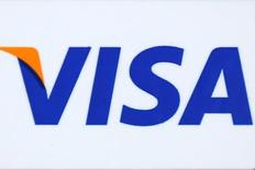 Логотип Visa в Лос-Анджелесе 25 апреля 2016 года. Visa Inc, оператор крупнейшей в мире платёжной системы, отчитался о превзошедших ожидания квартальной прибыли и выручке благодаря увеличению числа пользователей.  REUTERS/Lucy Nicholson