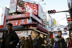 La croissance du secteur des services japonais a légèrement ralenti en janvier par rapport au mois précédent, montre une enquête publiée vendredi, qui continue de suggérer des perspectives favorables. /Photo d'archives/REUTERS/Thomas Peter