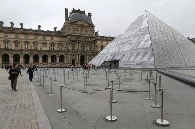 2月3日、フランス警察筋によると、パリのルーブル美術館に刃物を持った男が侵入を試みた。兵士が発砲し、男は負傷したという。昨年6月撮影(2017年 ロイター/John Schults)