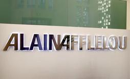 Compromis depuis plusieurs mois, le projet d'introduction en Bourse de la chaîne de magasins d'optique Alain Afflelou est suspendu sine die. /Photo d'archives/REUTERS/Charles Platiau