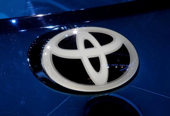 2月6日、トヨタ自動車は、スズキと業務提携に向けた検討を行っていることは事実であり、きょう開催する取締役会に付議する予定であると発表した。写真はトヨタのロゴ。2016年9月撮影(2017年 ロイター/Jacky Naegelen)