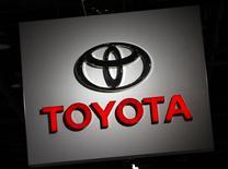 Toyota Motor a relevé lundi de 9,7% sa prévision de bénéfice annuel à la faveur de l'affaiblissement du yen et des mesures de réduction des coûts. Le deuxième constructeur automobile mondial anticipe un bénéfice net sur l'exercice 2016-2017 clos le 31 mars de 1.700 milliards de yens (14,02 milliards d'euros). /Photo prise le 10 janvier 2017/REUTERS/Mark Blinch