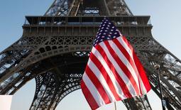 El sentimiento inversor en la zona euro se deterioró ligeramente en febrero debido a las preocupaciones de que el curso de la política del presidente estadounidense Donald Trump lastre la economía global, mostró el lunes un sondeo. En la imagen, una bandera estadounidense durante una manifestación de mujeres junto a la Torre Eiffel en París el 21 de enero de 2017.  REUTERS/Mal Langsdon
