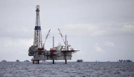 Нефтяная платформа к юго-западу от побережья Тринидада и Тобаго. 10 сентября 2011 года. Цены на нефть снизились на торгах в понедельник на фоне дорожающего доллара. REUTERS/Andrea De Silva