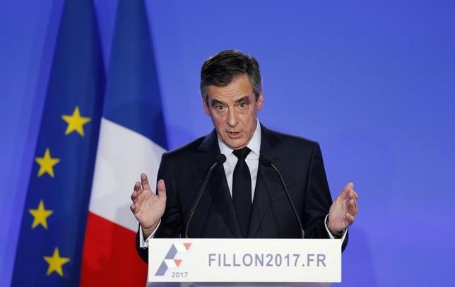 2月6日、フィヨン仏大統領候補は大統領選から撤退しない方針を示した。写真は6日、パリで撮影(2017年 ロイター/Benoit Tessier)