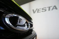 Автомобиль Lada Vesta в дилерском салоне Автогермес в Москве. 14 марта 2016 года. Крупнейший российский автопроизводитель Автоваз в январе 2017 года увеличил продажи автомобилей Lada в РФ на 4,9 процента до 16.334 штук, сообщила компания во вторник. REUTERS/Maxim Shemetov