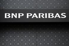 Логотип BNP Paribas в Париже 6 февраля 2017 года. Банк BNP Paribas сообщил о планах увеличить дивидендные выплаты и рентабельность капитала к 2020 году в надежде, что негативные факторы, среди которых низкие процентные ставки и регулятивное давление, к тому времени потеряют силу. REUTERS/Jacky Naegelen