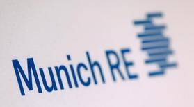 Логотип Munich Re. Чистая прибыль немецкой перестраховочной компании Munich Re не оправдала ожиданий в 2016 году в связи со значительными убытками из-за компенсации ущерба после стихийных бедствий в четвёртом квартале.   REUTERS/Michaela Rehle/File Photo