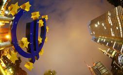 Imagen de archivo del símbolo del euro junto a la sede del Banco Central Europeo (BCE) en Fráncfort. 2 septiembre 2013. El Banco Central Europeo rechazó el lunes las acusaciones de Estados Unidos de que la entidad regional esté realizando manipulación monetaria y advirtió que desregular a la industria financiera, ahora un tema muy debatido en Washington, podría sembrar las semillas de la próxima crisis financiera mundial. REUTERS/Kai Pfaffenbach