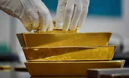 Золотые слитки. Золото дешевеет во вторник на фоне усиления доллара и ослабления евро, вызванного нервозностью перед выборами во Франции и слабыми результатами немецкой промышленности.   REUTERS/Mariya Gordeyeva
