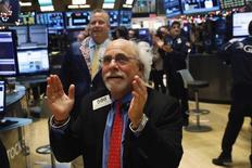 Imagen de archivo del operador Peter Tuchman mientras aplaude en el piso de la Bolsa de Nueva York (NYSE), Estados Unidos. 6 de enero 2017. El promedio industrial Dow Jones y el índice Nasdaq tocaron máximos históricos el martes en la apertura de Wall Street. REUTERS/Lucas Jackson - RTX2XSXG