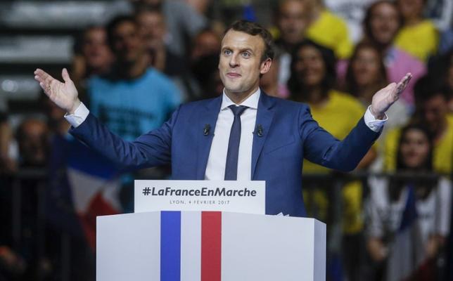2月7日、仏大統領選は、主要候補者にさらなるスキャンダルが浮上、結果を巡る不透明感の高まりから、仏独国債の利回り格差は約4年ぶりの水準に拡大した。写真はマクロン前経済相、4日撮影(2017年 ロイター/Robert Pratta)