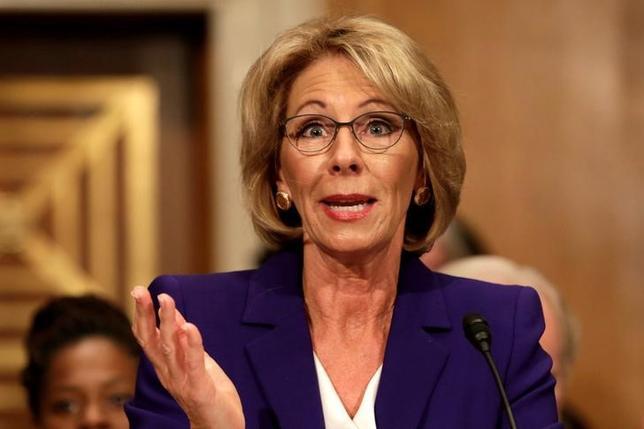 2月7日、米議会上院は、富豪で教育問題慈善家のベッツィー・デボス氏の教育長官指名人事を承認した。写真はワシントンで1月撮影(2017年 ロイター/Yuri Gripas)