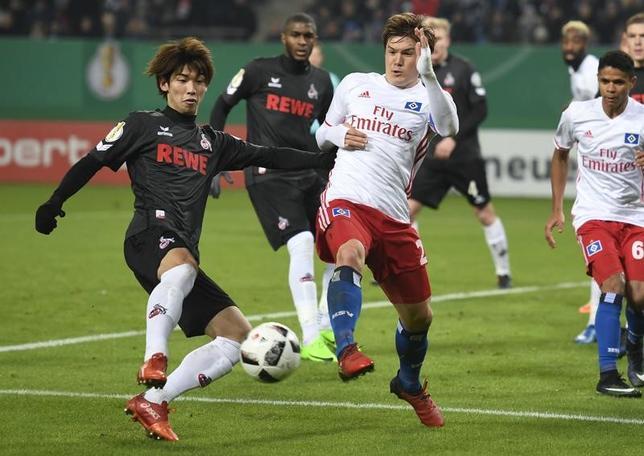 2月7日、サッカーのドイツ・カップ(杯)は7日、各地でベスト16の試合を行い、酒井高徳(写真右)の所属するハンブルガーSVと大迫勇也(写真左)の所属するFCケルンが対戦。酒井、大迫ともに先発出場して日本人対決が実現した(2017年 ロイター/Fabian Bimmer)