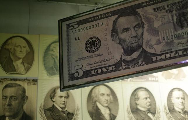 2月8日、正午のドル/円は、前日ニューヨーク市場午後5時時点と比べ、ややドル安/円高の112.12/14円だった。写真はワシントンで2015年3月撮影(2017年 ロイター/Gary Cameron)
