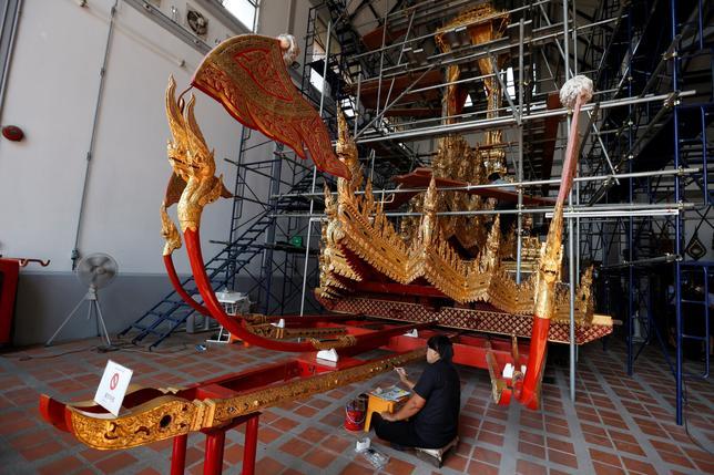 2月6日、昨年10月13日に死去したタイのプミポン前国王の葬儀の際、棺を火葬施設まで運ぶための王室伝統の乗り物を修復する作業が進んでいる(2017年 ロイター/Chaiwat Subprasom)