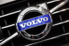 Логотип Volvo на решетке радиатора автомобиля на автосалоне в Лос-Анджелесе. 18 ноября 2014 года. Автопроизводитель Volvo Car Group, принадлежащий Geely, сообщил в среду, что продажи, как ожидается, достигнут нового рекордного максимума в текущем году, зафиксировав значительный рост прибыли и выручки по итогам 2016 года благодаря высокому спросу на новые модели, разработанные после перехода компании в собственность китайского холдинга. REUTERS/Lucy Nicholson