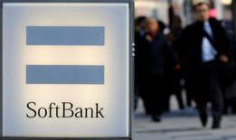 L'opérateur télécoms japonais SoftBank a annoncé mercredi un bond de 71% de son bénéfice d'exploitation au quatrième trimestre 2016 en raison d'une contraction des pertes de sa filiale américaine Sprint et de la vigueur de son marché intérieur. /Photo d'archives/REUTERS/Toru Hanai