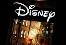 """Логотип Disney в магазине компании на Елисейских полях в Париже 3 марта 2016 года.  Walt Disney Co во вторник отчиталась о квартальной выручке, не дотянувшей до прогнозов из-за снижения рекламной выручки спортивного канала ESPN и разочаровывающих результатов кинобизнеса на фоне прошлогоднего успеха фильма """"Звёздные войны: Пробуждение силы"""".  REUTERS/Jacky Naegelen/File Photo"""
