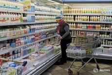 Сотрудница киевского магазина раскадывает товары на полках 23 ноября 2016 года. Инфляция на Украине ожидаемо ускорилась в январе 2017 года до 12,6 процента в годовом выражении, совпав с прогнозом опрошенных Рейтер аналитиков, с 12,4 процента в декабре, сообщила Государственная служба статистики в среду. REUTERS/Gleb Garanich