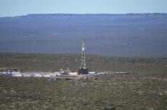 Буровая установка на месторождении сланцевой нефти в Аргентине. 11 июля 2013 года. Рост цен на нефть может спровоцировать сланцевый бум в США, но мировому рынку по силам с ним справиться благодаря сохранению здорового спроса на сырьё, сказал Рейтер в среду министр энергетики Катара. REUTERS/Prensa YPF/Handout via Reuters