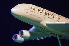 """Etihad Airways fait face à """"une nouvelle année difficile"""", a déclaré mercredi le directeur général du groupe, James Hogan, ajoutant que le transporteur d'Abu Dhabi se """"développerait de manière prudente et efficace"""" en 2017. Etihad a transporté en 2016 18,5 millions de passagers, soit une hausse de 6% par rapport à l'année précédente, mais comparé à une croissance de 17% en 2015. /Photo d'archives/REUTERS/Lucas Jackson"""