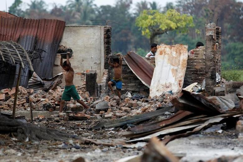 Children recycle goods from the ruins of a market which was set on fire at a Rohingya village outside Maugndaw in Rakhine state, Myanmar, October 27, 2016. REUTERS/Soe Zeya Tun