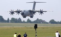 """Un avion de transport militaire Airbus A400M. Airbus s'est déclaré mercredi """"choqué"""" par le problème de moteur d'un A400M signalé par le ministère allemand de la Défense, s'engageant à tout faire pour soutenir l'enquête. /Photo d'archives/REUTERS/Fabrizio Bensch"""