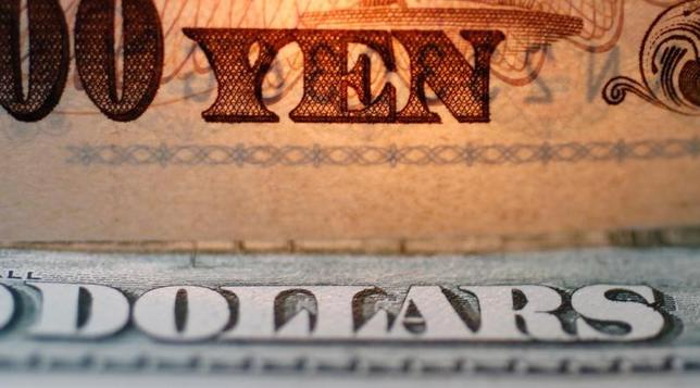 2月8日、終盤のニューヨーク外為市場ではドルが下落した。写真は円とドルの紙幣、2010年9月撮影(2017年 ロイター/Yuriko Nakao)
