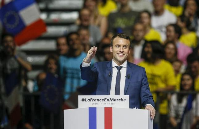 2月8日、2社の世論調査結果によると、フランス大統領選の決選投票で、中道・無党派のエマニュエル・マクロン前経済相(写真)が、極右政党の国民戦線(FN)のマリーヌ・ルペン党首を破る見通しだ。リヨンで4日撮影(2017年 ロイター/Robert Pratta)