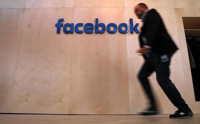 2月8日、米フェイスブックは、災害時に活用できる新機能「コミュニティーヘルプ」を導入する計画を明らかにした。写真は同社のロゴ。ベルリンで昨年2月撮影(2017年 ロイター/Fabrizio Bensch)