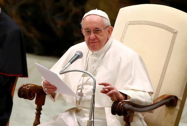 2月8日、ローマ法王フランシスコは、毎週恒例の謁見で、良い人間関係を築くために、社会は「壁でなはく橋」を作るべきだとし、悪に対して悪でなく善で対処するよう求めた。バチカンで撮影(2017年 ロイター/Tony Gentile)