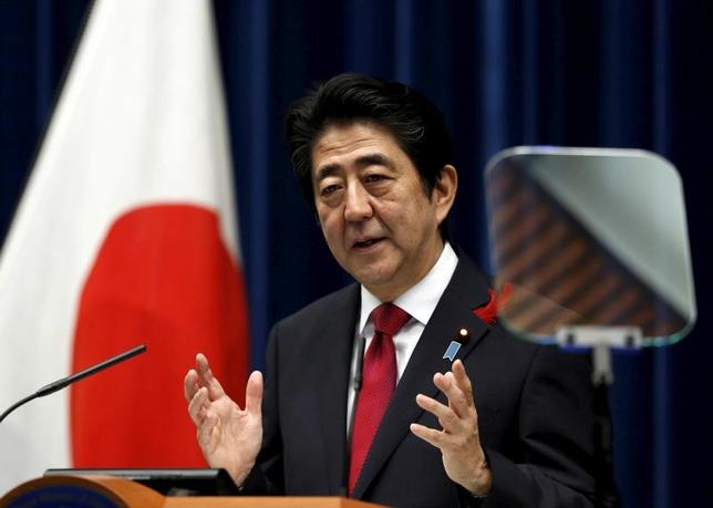 2月9日、安倍晋三首相は10日の日米首脳会談で、経済協議に関し、金融・財政・構造改革の「三本の矢」を軸に、広く意見交換する意向だ。トランプ米大統領が批判した為替政策への深入りは避けたい考え。写真は都内で2015年10月撮影(2017年 ロイター/Yuya Shino)