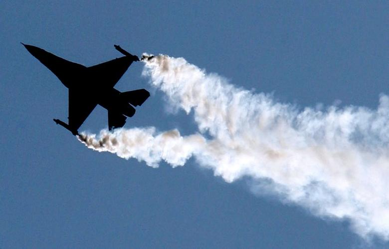 A U.S. Lockheed Martin F-16 flies during an air display at the Farnborough International Air Show, Hampshire, July 19, 2004. REUTERS/Toby Melville