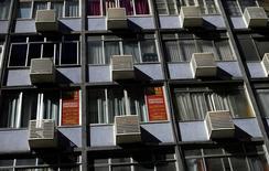 Apartamento com anúncio de aluguel em Copacabana, no Rio de Janeiro.  O Índice Geral de Preços-Mercado (IGP-M) , utilizado como referência para a correção de valores de contratos, como os de energia elétrica e aluguel de imóveis., subiu 0,10 por cento na primeira prévia de fevereiro. 13/06/2016.  REUTERS/Ricardo Moraes