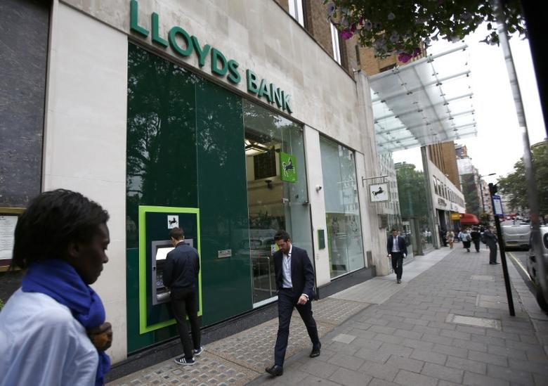 People walk past a branch of Lloyds Bank at Berkeley Square in London, Britain July 28, 2016.  REUTERS/Peter Nicholls