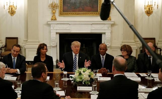 2月9日、トランプ米大統領は航空大手首脳と会談し、今後数週間に税に関する抜本的な提案を明らかにする考えを示した。写真は9日、ホワイトハウスで撮影(2017年 ロイター/Kevin Lamarque)