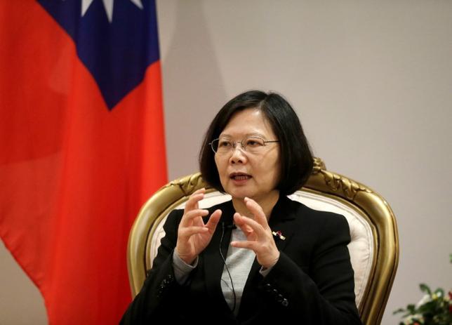 2月10日、台湾総統府はトランプ米大統領が中国の習近平国家主席との電話会談で「1つの中国」原則を守ると述べたことを受け、台湾は引き続き米国と緊密に連絡を取り合い、関係を強化すると発表した。写真は蔡英文総統。2016年6月撮影(2017年 ロイター/Jorge Adorno)