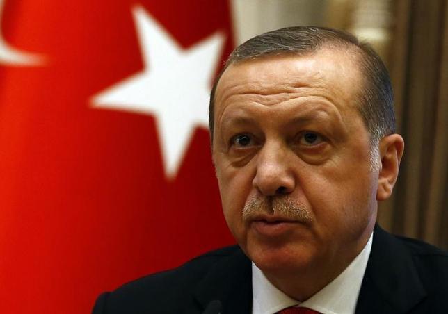 2月10日、トルコ大統領府は、現在は象徴的な地位にある大統領に行政の権限を集中させる憲法改正案をエルドアン大統領(写真)が承認したと発表した。1月にアンカラで撮影(2017年 ロイター/Umit Bektas)